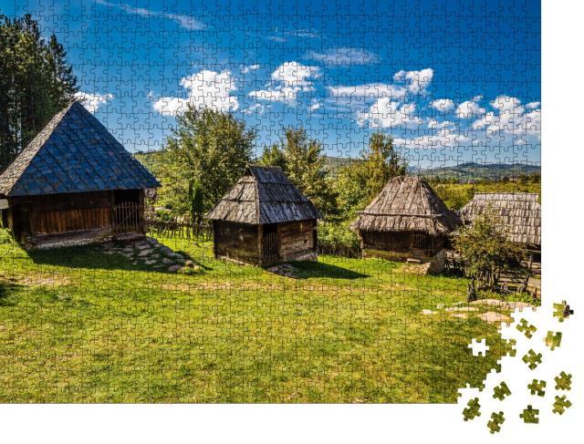 """Puzzle 1000 Teile """"Ethno Dorf von Sirogojno - Zlatibor, Serbien"""""""