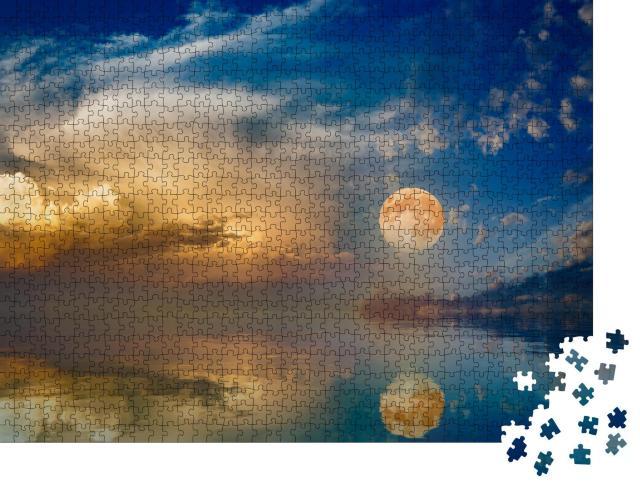 """Puzzle 1000 Teile """"Atmosphärisch: Vollmond über dem Sonnenuntergangshimmel am Meer"""""""
