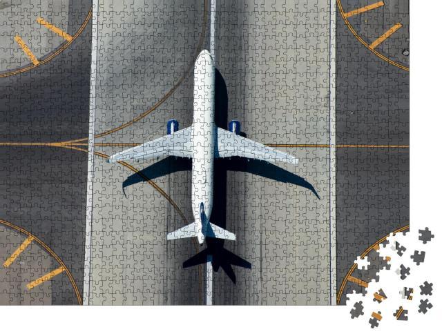"""Puzzle 1000 Teile """"Blick von oben: Schmalrumpfflugzeug auf der Landebahn"""""""