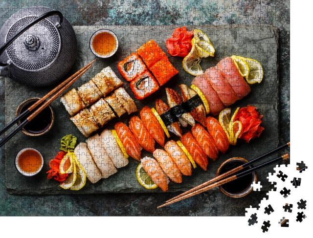 """Puzzle 1000 Teile """"Sushi-Set Nigiri und Sushi-Rollen mit Tee serviert auf grauem Schiefer """""""
