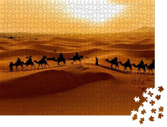 """Puzzle 1000 Teile """"Kamelkarawane: Touristen erkunden die Wüste Sahara, Marokko"""""""