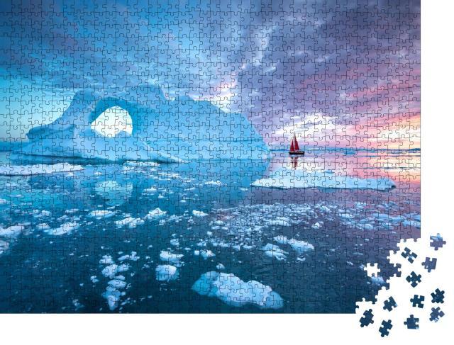 """Puzzle 1000 Teile """"Ein rotes Segelboot zwischen Eisbergen in der Mitternachtssonne, Grönland"""""""