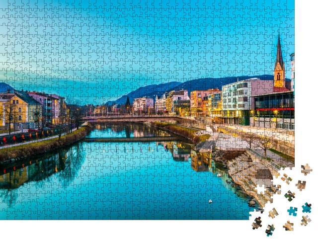 """Puzzle 1000 Teile """"Blick auf ein Ufer der Drau bei Sonnenuntergang in Villach, Österreich"""""""