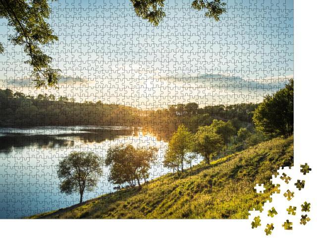 """Puzzle 1000 Teile """"Abendstimmung am Weinfelder Maar in der Eifel, Deutschland"""""""