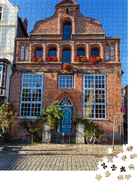 """Puzzle 1000 Teile """"Mittelalterlicher Backsteinaltbau mit blauer Tür, Lüneburg, Deutschland"""""""