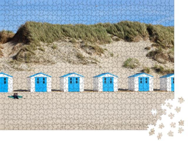 """Puzzle 1000 Teile """"Schmucke weiß-blaue Strandhäuser in den Dünen von Texel"""""""
