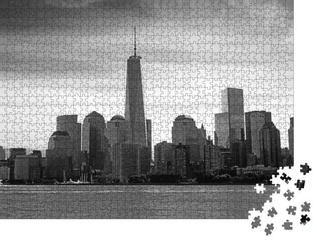 """Puzzle 1000 Teile """"Blick auf Manhattan Island vom Hudson River aus, schwarz-weiß"""""""