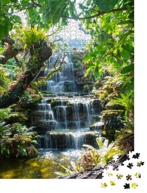 """Puzzle 1000 Teile """"Idyllischer Wasserfall im Wald in Thailand"""""""