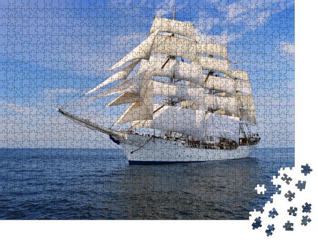 """Puzzle 1000 Teile """"Wunderschönes Segelschiff mit windgeblähten Segeln"""""""