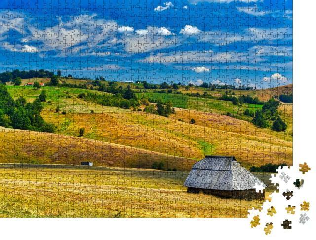 """Puzzle 1000 Teile """"Bauernhaus auf dem Feld, Zlatibor, Serbien"""""""