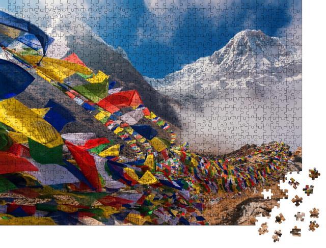 """Puzzle 1000 Teile """"Gebetsfahnen vor dem Mount Annapurna I, Nepal"""""""