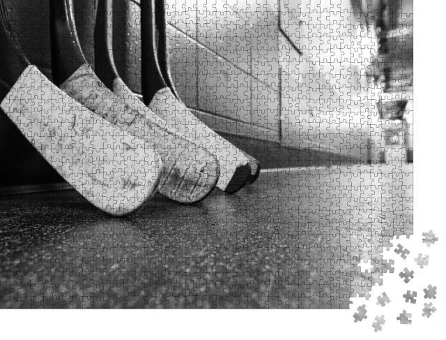 """Puzzle 1000 Teile """"Hockeyschläger auf einem schmutzigen Hallenboden"""""""