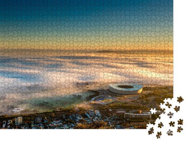 """Puzzle 1000 Teile """"Nebliger Sonnenaufgang über dem Stadtion von Kapstadt, Südafrika"""""""