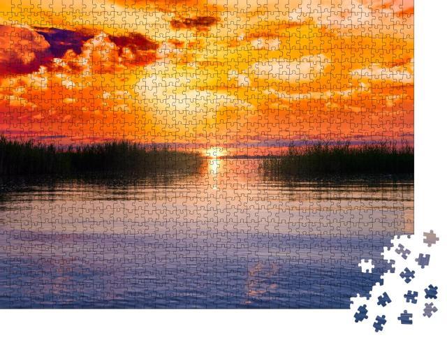 """Puzzle 1000 Teile """"Glühender Sonnenuntergang über dem Chiemsee in Bayern, Deutschland"""""""