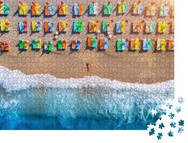 """Puzzle 1000 Teile """"Luftaufnahme einer Frau am Strand mit bunten Liegestühlen, Öludeniz, Türkei"""""""