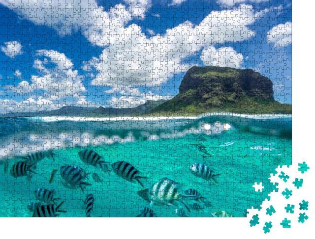 """Puzzle 1000 Teile """"Zwei Welten treffen aufeinander - Berge und Unterwasserwelt auf einem Bild vereint"""""""