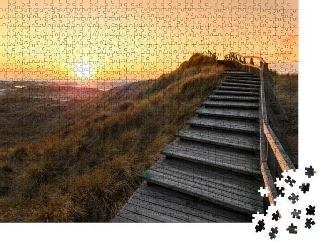 """Puzzle 1000 Teile """"Holztreppe über die Dünen von Amrum im Abendlicht"""""""