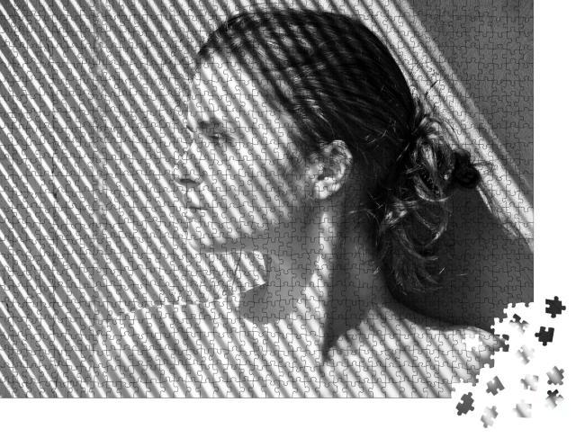 """Puzzle 1000 Teile """"Junge Frau vor dem Schatten einer Jalousie, schwarz-weiß"""""""