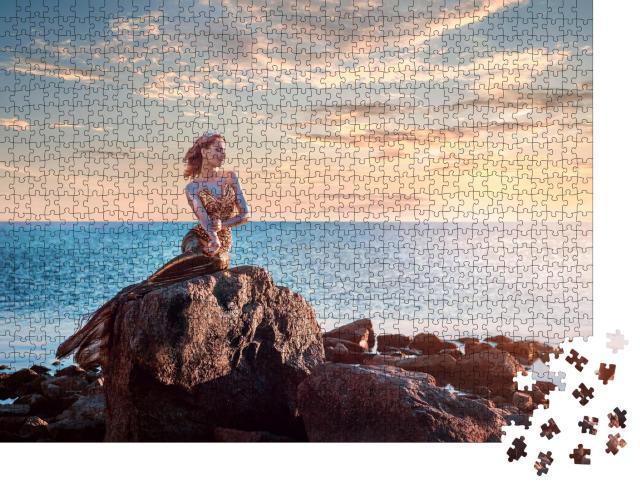 """Puzzle 1000 Teile """"Bezaubernde Meerjungfrau auf einem Felsen im Sonnenuntergang"""""""