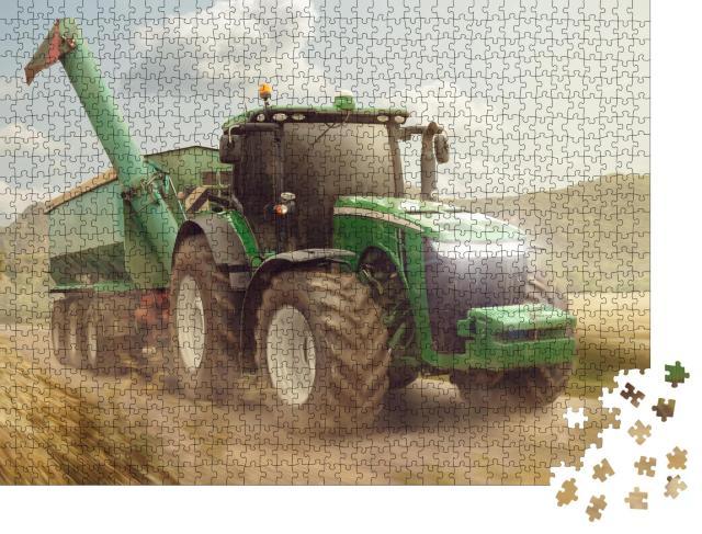 """Puzzle 1000 Teile """"Traktor mit Anhänger auf einem Feldweg neben einem Getreidefeld"""""""