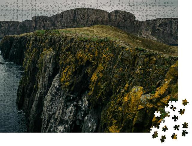 """Puzzle 1000 Teile """"Klippen mit orangem Moos am Meer: Isle of Skye, Schottlanf"""""""