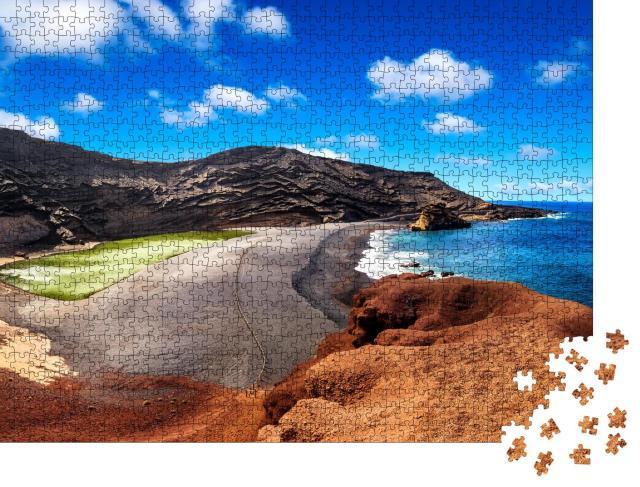 """Puzzle 1000 Teile """"Vulkankrater mit seinem grünen See bei El Golfo, Insel Lanzarote, Spanien"""""""