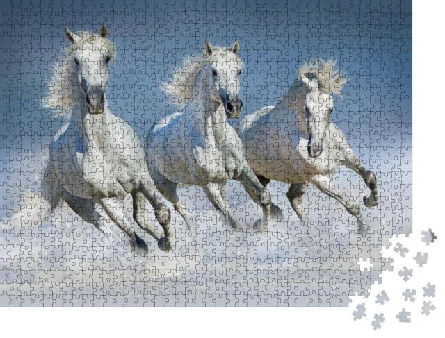 """Puzzle 1000 Teile """"Gruppe von schönen arabischen Pferden läuft Galopp durch Schnee"""""""