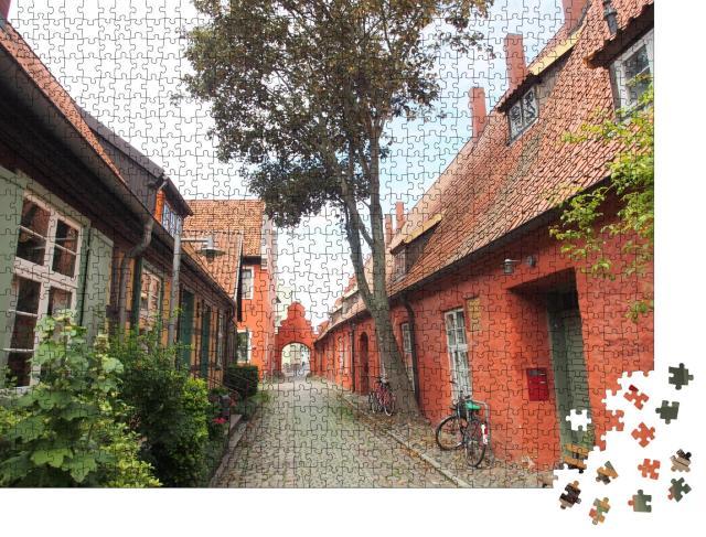 """Puzzle 1000 Teile """"Der Beginenhof in der Altstadt von Stralsund, Deutschland"""""""