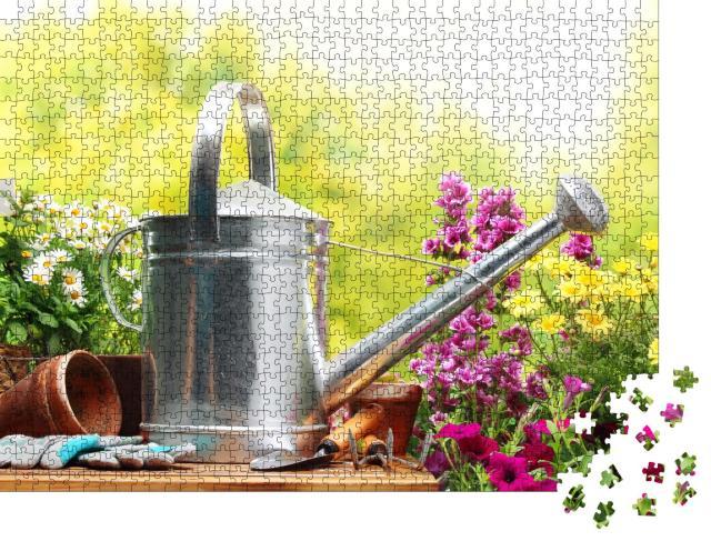 """Puzzle 1000 Teile """"Stillleben: Gartengeräte und Blumen"""""""
