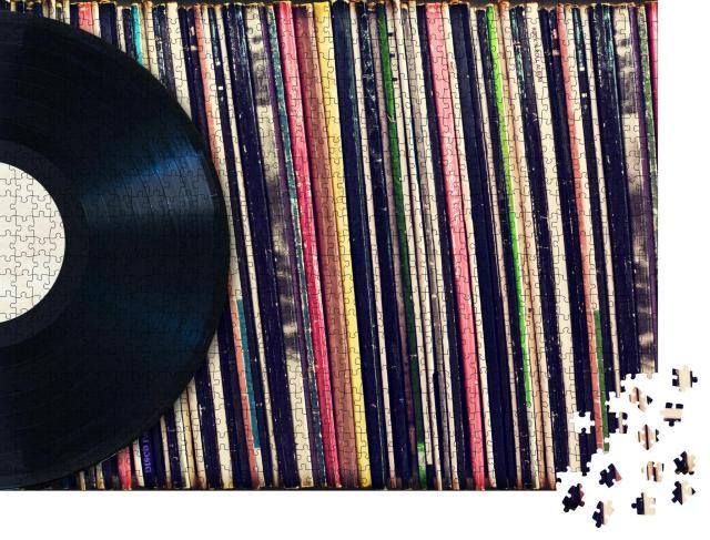 """Puzzle 1000 Teile """"Vinyl-Schallplatte vor einer Sammlung von Alben"""""""