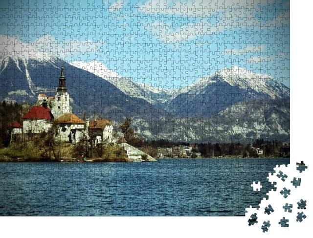 """Puzzle 1000 Teile """"Kirche auf der Insel Bled vor schneebedeckten Bergen, Slowenien"""""""