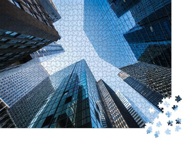 """Puzzle 1000 Teile """"Moderne Bürogebäude im Finanzdistrikt aus der Froschperspektive"""""""