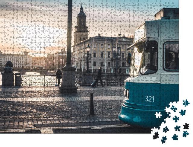 """Puzzle 1000 Teile """"Sonnenuntergang hinter einer Straßenbahn, Göteborg, Schweden"""""""