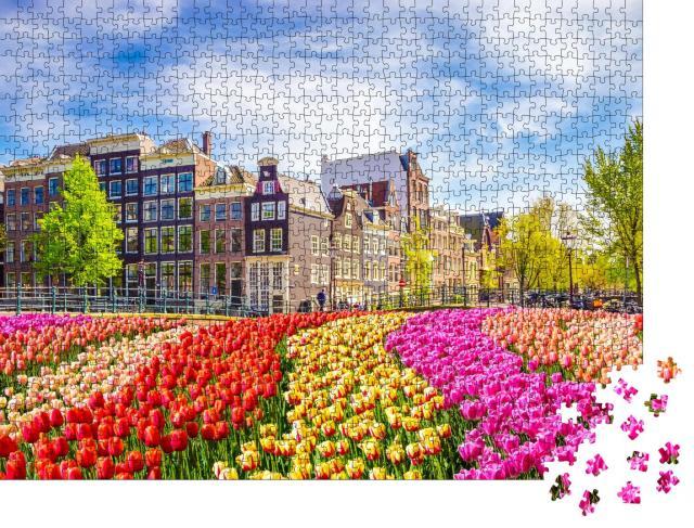 """Puzzle 1000 Teile """"Wunderschöne alte Gebäude und Tulpen in Amsterdam, Niederlande"""""""