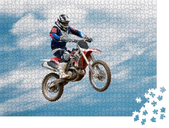 """Puzzle 1000 Teile """"Biker beim Stunt in der Luft"""""""