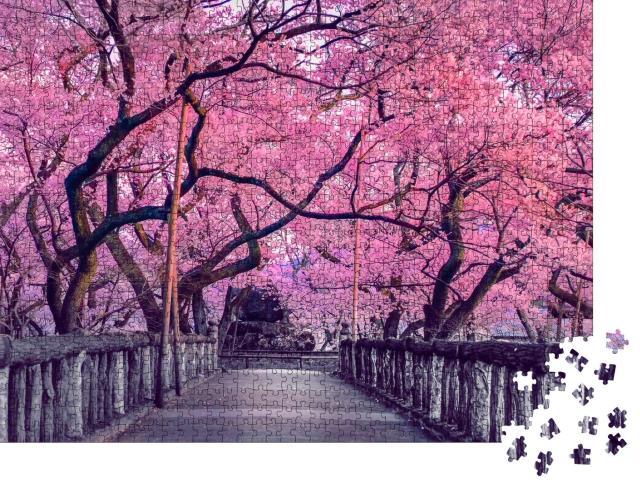 """Puzzle 1000 Teile """"Wunderschöne Kirschblüte über einer alten Holzbrücke, Japan"""""""