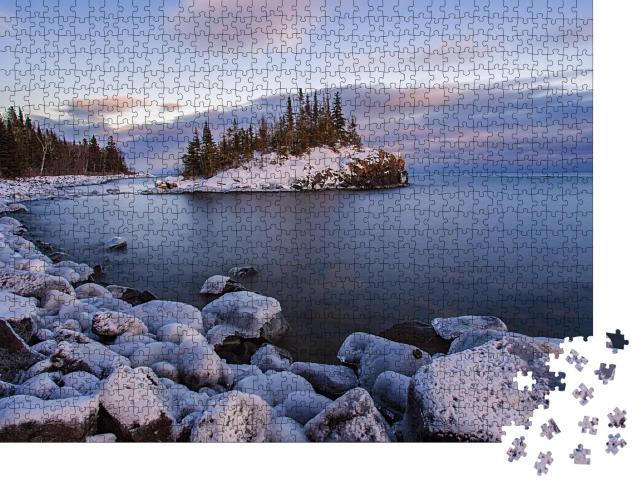 """Puzzle 1000 Teile """"Schneebedeckte Insel im Lake Superior bei Sonnenuntergang"""""""