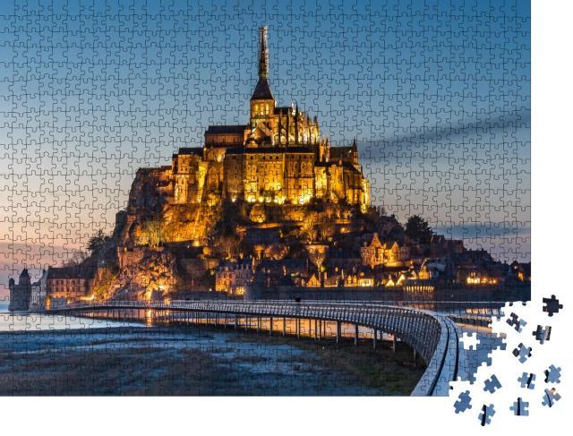 """Puzzle 1000 Teile """"Beleuchteter Mont Saint-Michel in der Dämmerung"""""""
