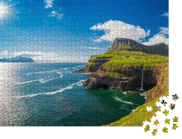 """Puzzle 1000 Teile """"Gasadalur: magischer Wasserfall an einem sonnigen Tag am Atlantik"""""""