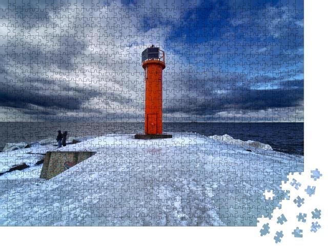 """Puzzle 1000 Teile """"Winter an der Ostseeküste: Leuchtturm im Eis"""""""