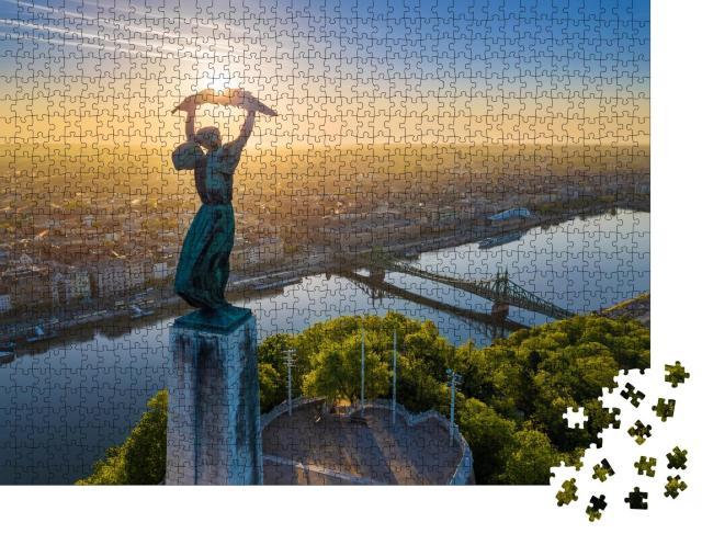 """Puzzle 1000 Teile """"Ungarische Freiheitsstatue und Freiheitsbrücke im Sonnenaufgang"""""""