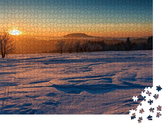 """Puzzle 1000 Teile """"Goldener Sonnenuntergang: Winter im Erzgebirge am Scheibenberg"""""""