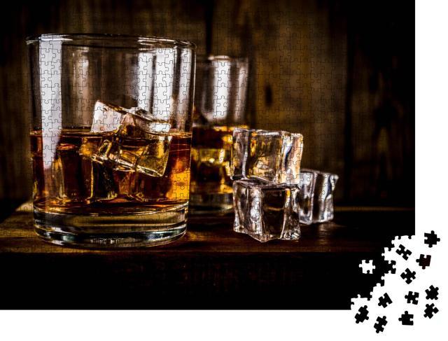 """Puzzle 1000 Teile """"Zwei Whiskey-Gläser auf dunklem Holzhintergrund, mit Eiswürfeln"""""""