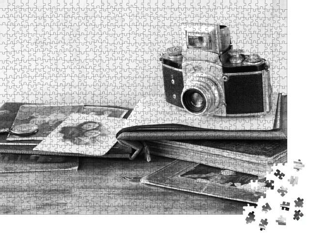 """Puzzle 1000 Teile """"Vintage-Kamera mit antiken Fotografien, schwarz-weiß"""""""