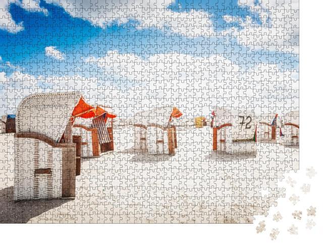 """Puzzle 1000 Teile """"Strandkörbe am Sandstrand, Sonnenlicht und blauer bewölkter Himmel, Nordseeküste"""""""