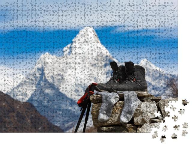 """Puzzle 1000 Teile """"Wanderschuhe trocknen in der Sonne vor dem Mount Ama Dablam, Nepal"""""""