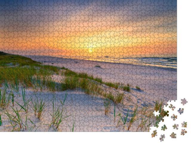 """Puzzle 1000 Teile """"Sonnenuntergang über einem Strand an der Ostsee"""""""