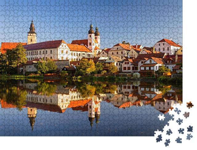"""Puzzle 1000 Teile """"Blick auf Telc über den Teich mit Reflexionen, Südmähren, Tschechische Republik."""""""