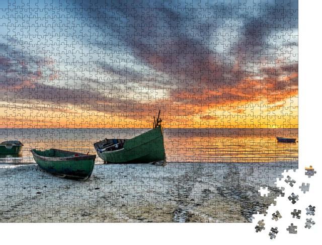 """Puzzle 1000 Teile """"Verankertes Fischerboot am Sandstrand der Ostsee"""""""