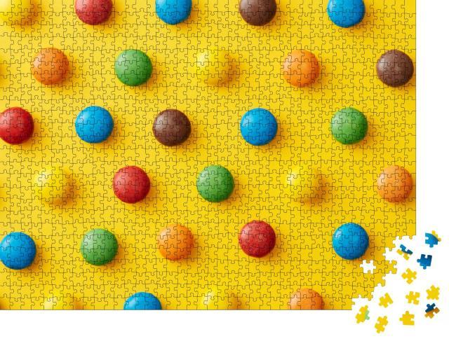 """Puzzle 1000 Teile """"Bunte Süßigkeiten auf einem gelben Hintergrund von oben betrachtet"""""""